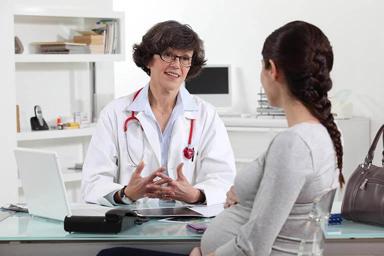 Đi thăm khám để được chỉ định dùng thuốc trị nổi mẩn ở bà bầu đúng cách