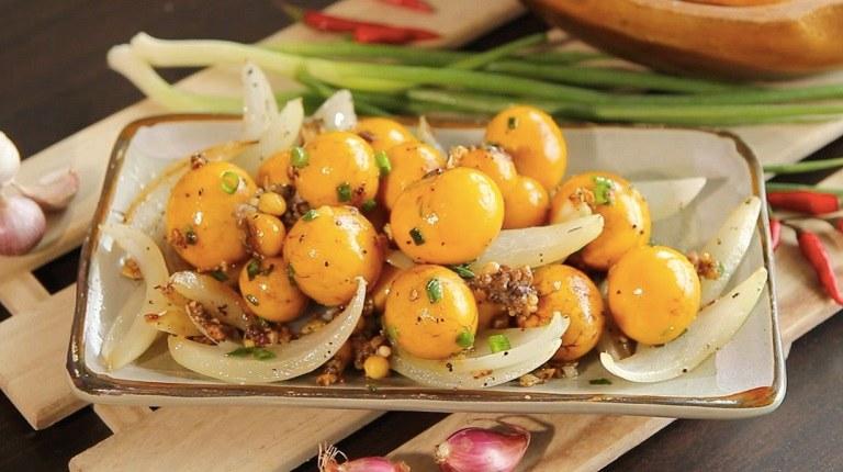 Hành tây xào trứng gà non bổ sung chất dinh dưỡng cho cơ thể nam giới