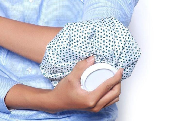 Chườm đá lạnh giúp giảm nhanh triệu chứng ngứa rát ngoài da