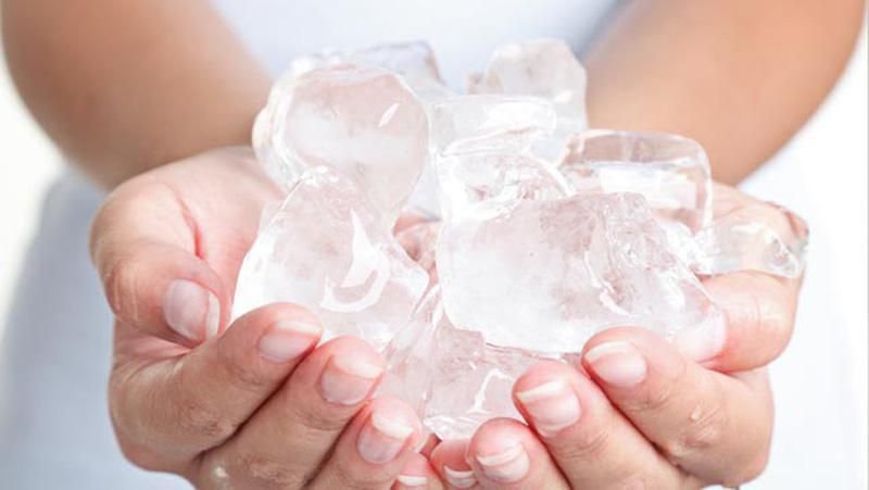 Chườm đá giúp giảm sưng viêm