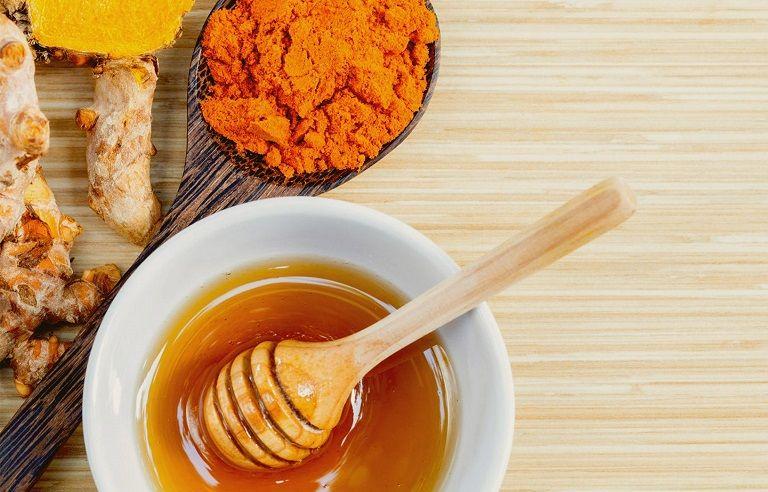 Mật ong và bột nghệ là những nguyên liệu tốt trị viêm da cơ địa