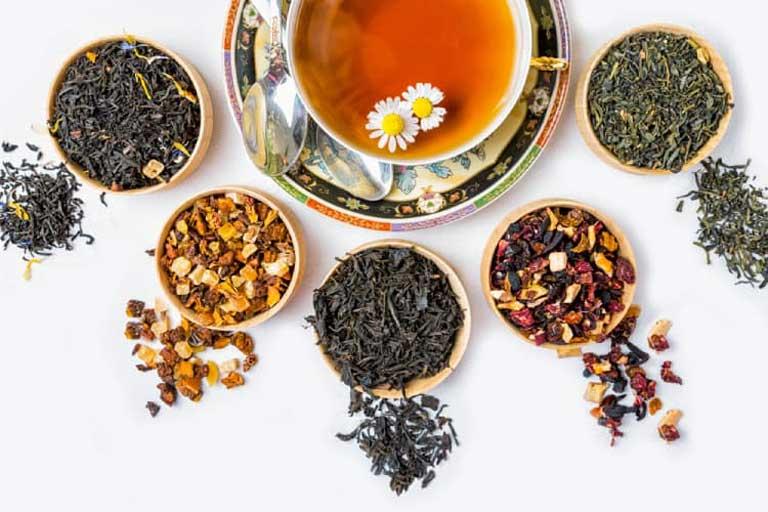 Uống trà thảo mộc giúp điều trị nổi mề đay