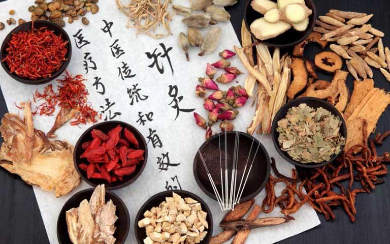 Sử dụng bài thuốc Đông y giúp điều trị căn nguyên của bệnh nổi mề đay gây sưng môi