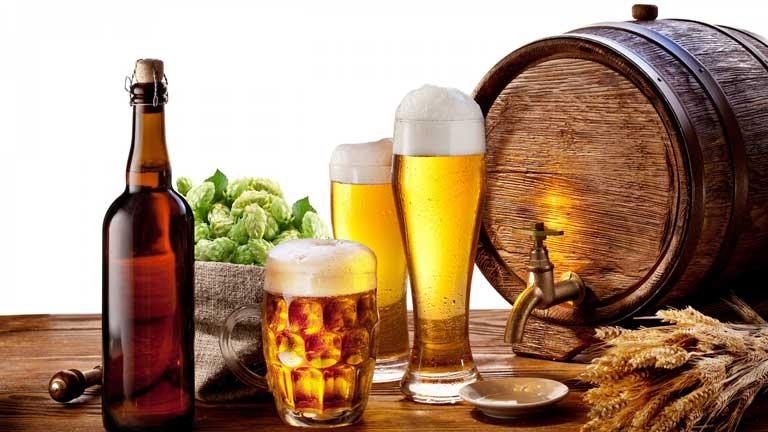 Nổi mề đay nên kiêng rượu bia và chất kích thích