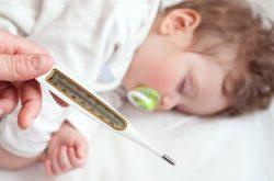 Sốt phát ban là một bệnh lý gây biểu hiện sốt kèm nổi mề đay