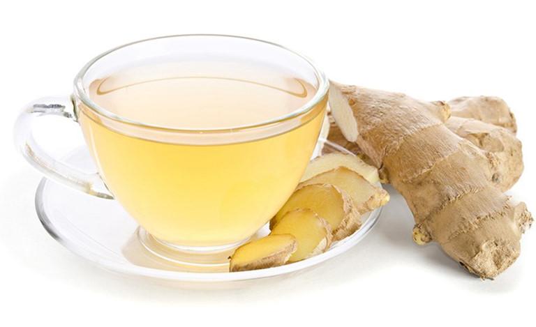 Sử dụng gừng pha trà uống hoặc đun nước ngâm chân giúp làm dịu ngứa rát ngoài da