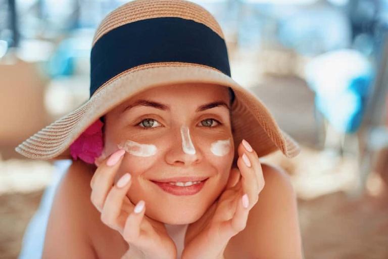 Chống nắng đúng cách để phòng tránh nổi mẩn đỏ ngoài da