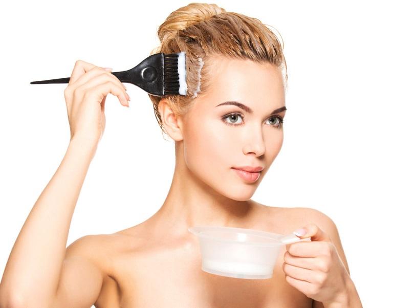 Theo các chuyên gia, khi bị nấm da đầu, người bệnh không nên nhuộm tóc