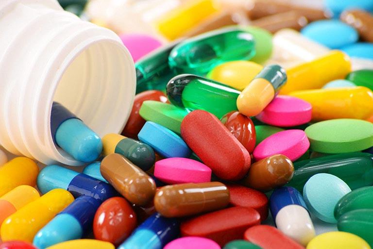 Uống thuốc Tây y theo chỉ định của bác sĩ cải thiện biểu hiện bệnh