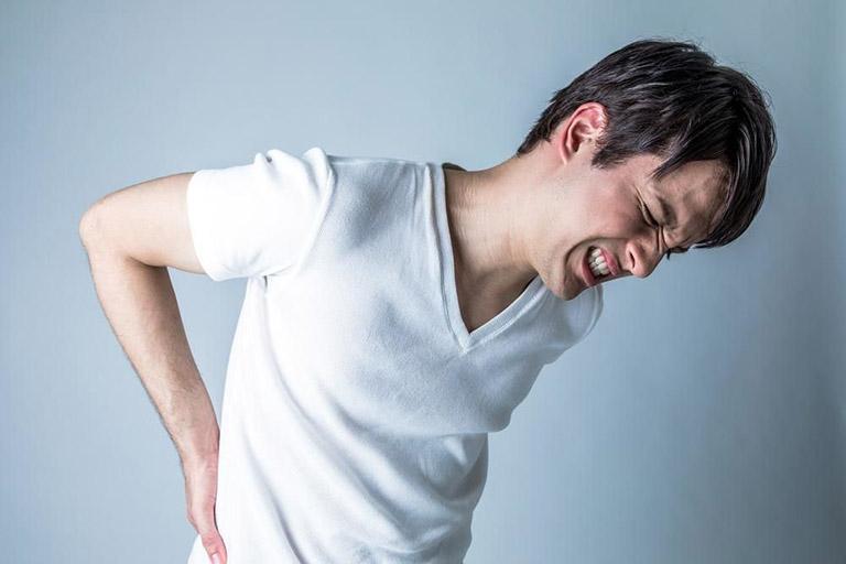 Vận động quá sức gây đau lưng và ảnh hưởng đến cột sống