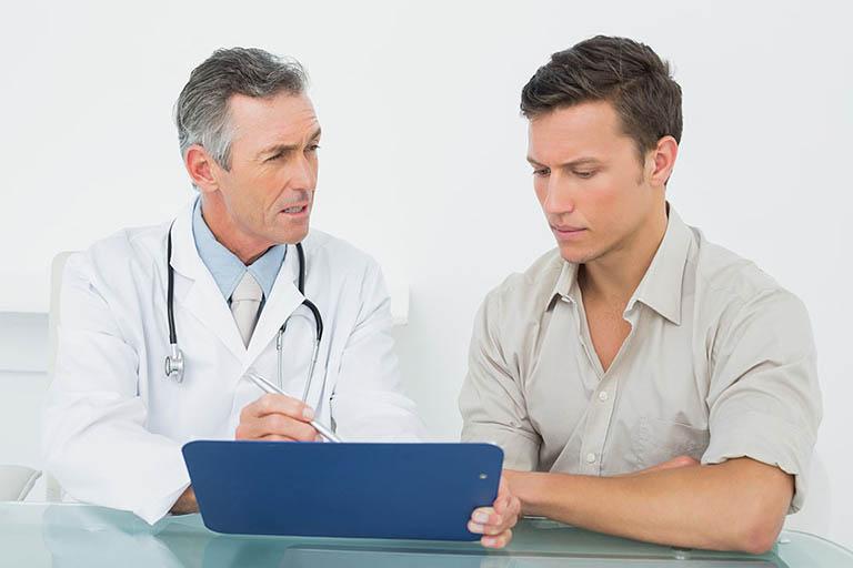 Nên đi khám để được chẩn đoán và điều trị thoát vị đĩa đệm đúng cách