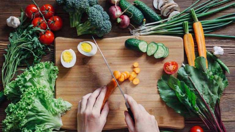 Bên cạnh điều trị, người bệnh nên có chế độ ăn uống khoa học