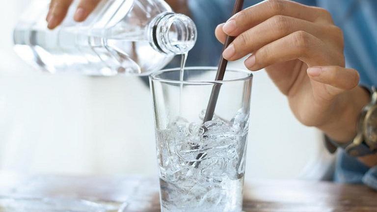 Uống nhiều nước là một biện pháp giúp cải thiện viêm da tiếp xúc