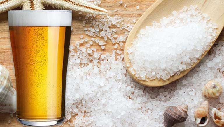 Sử dụng bia và muối biển tạo thành hỗn hợp giúp sạch gàu, hết ngứa