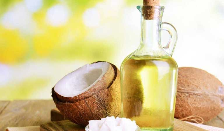 Dầu dừa có nhiều vitamin và khoáng chất giúp trị viêm da đầu hiệu quả