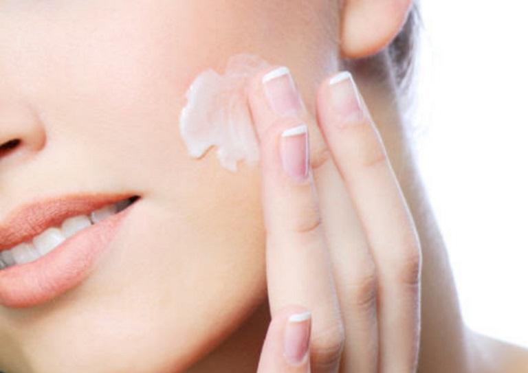 Bôi kem dưỡng là một trong những biện pháp cấp ẩm cho da, tránh nguy cơ bị bệnh