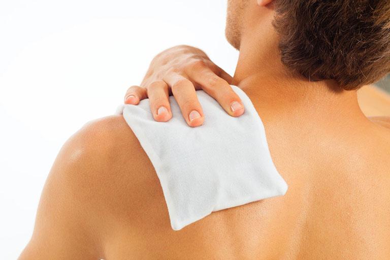 Người bệnh có thể thường xuyên chườm nóng/lạnh để giảm sưng đau