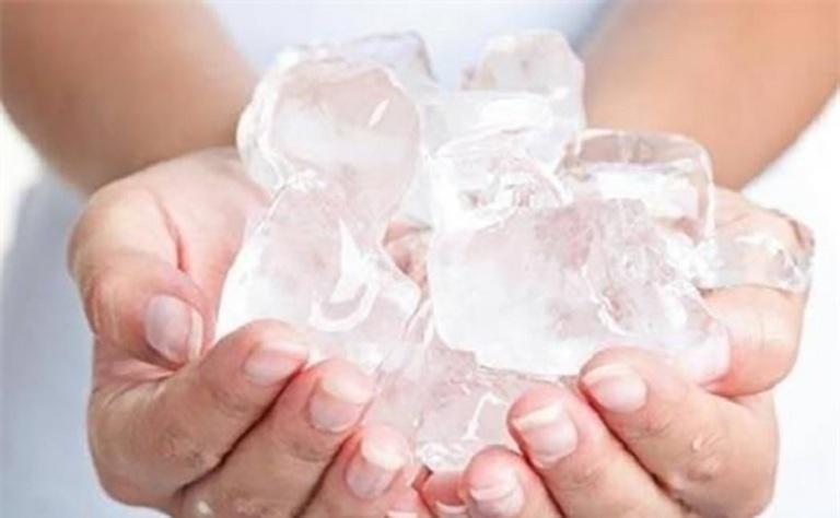 Chườm lạnh giúp giảm cảm giác ngứa ngáy khó chịu