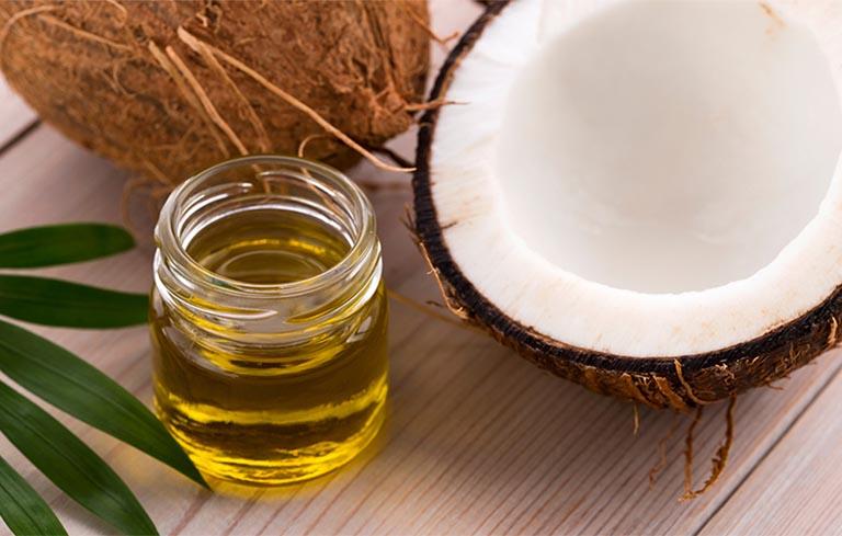 Dầu dừa giúp làm mềm móng và ngăn ngừa nhiễm khuẩn