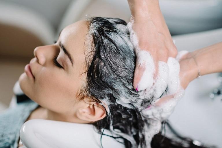 Nên massega da đầu nhẹ nhàng và rửa lại thật sạch với nước