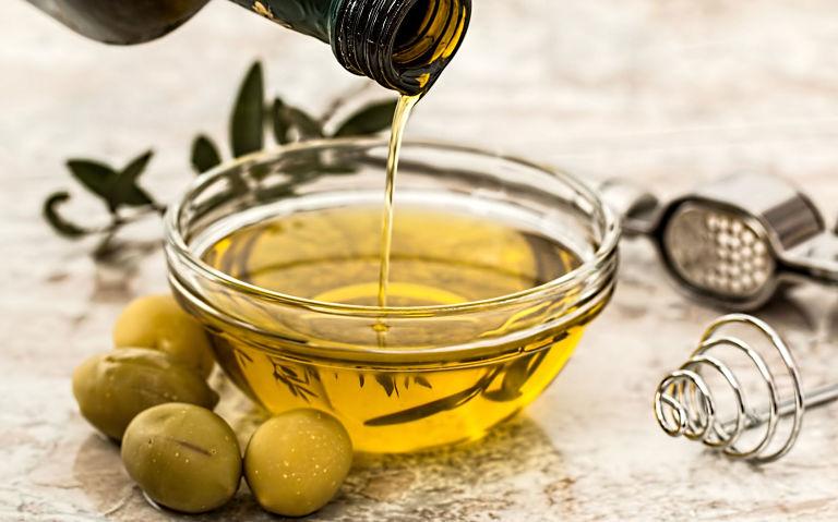 Mẹo dân gian chữa bệnh chàm bìu bằng dầu oliu cũng được nhiều người áp dụng