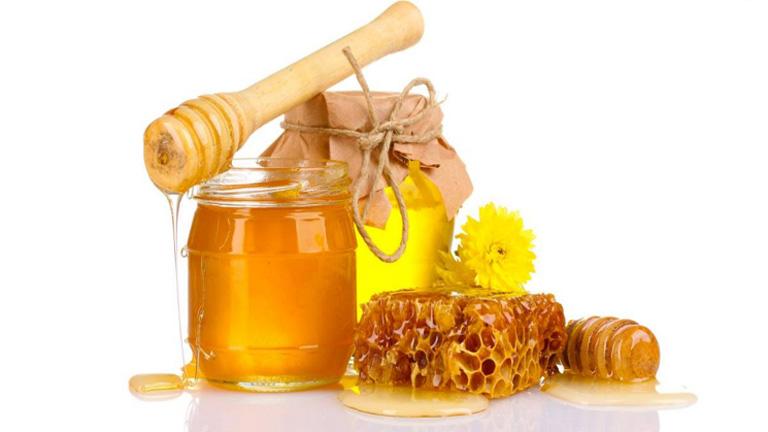 Mật ong pha với nước ấm giúp hỗ trợ điều trị bệnh trường hợp nhẹ