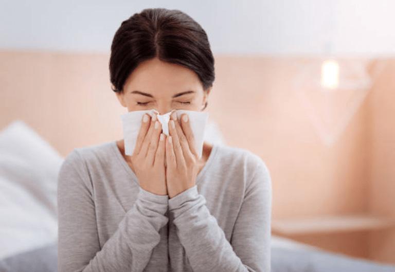 Người bệnh có triệu chứng hắt hơi, sổ mũi liên tục