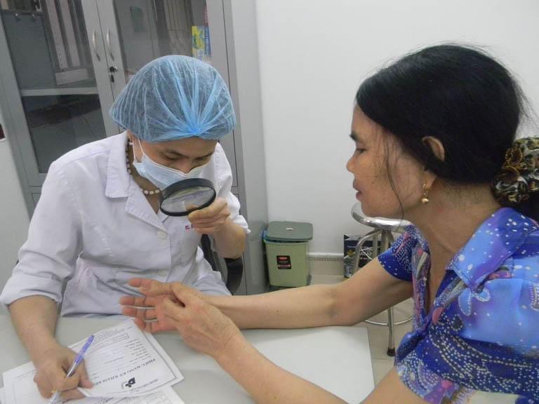 Bác sĩ giám sát sát sao trong suốt quá trình tiến hành điều trị