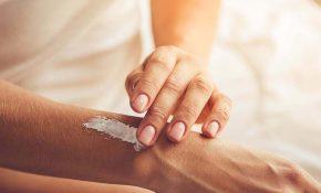 Thoa kem dưỡng ẩm hàng ngày cung cấp độ ẩm trong quá trình điều trị vảy nến bằng UVB