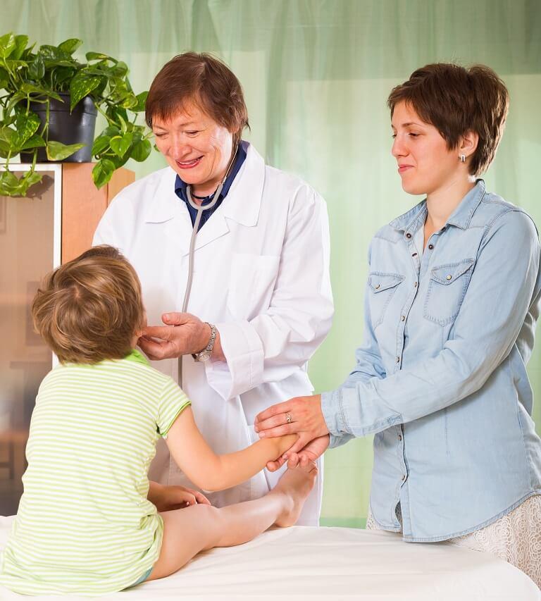 Đưa trẻ đi khám từ sớm để chẩn đoán mức độ bệnh lác đồng tiền ở trẻ em