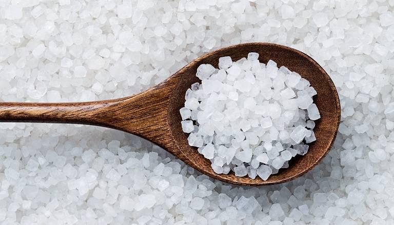 Muối là bài thuốc dân gian trị nấm da đầu hiệu quả vì có tính sát khuẩn cao