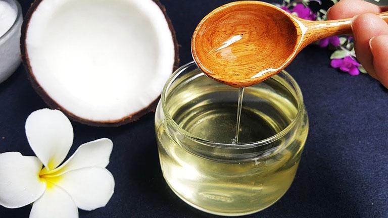 Trị bệnh nấm da đầu với tinh dầu dừa