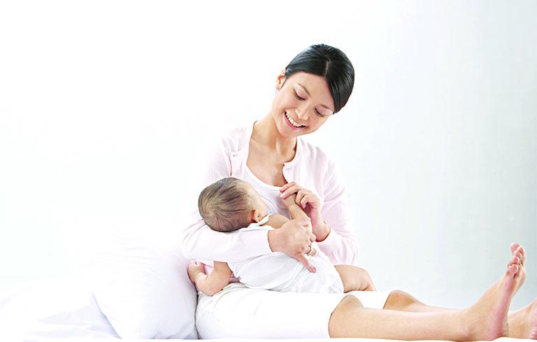 Cho trẻ bú nhiều sữa mẹ để tăng cường sức đề kháng