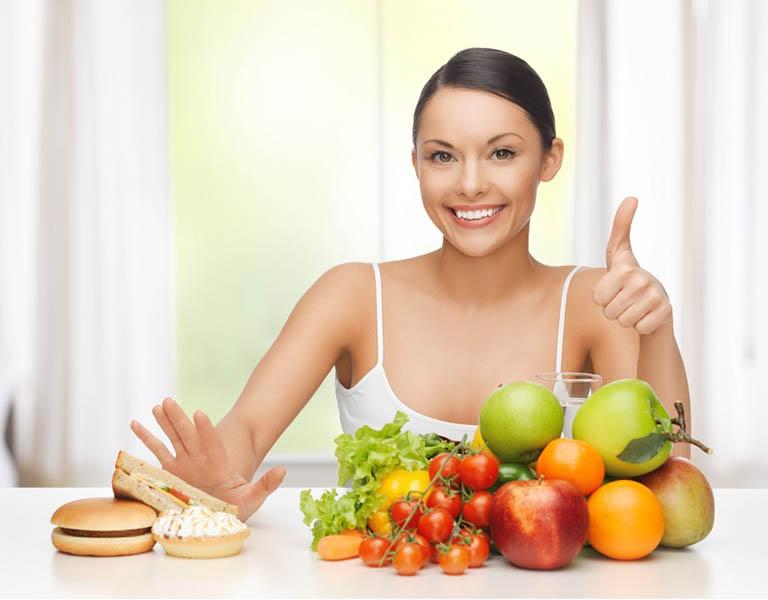 Thực hiện chế độ ăn uống hợp lý, đủ chất là phương pháp hiệu quả điều trị bệnh về da đầu