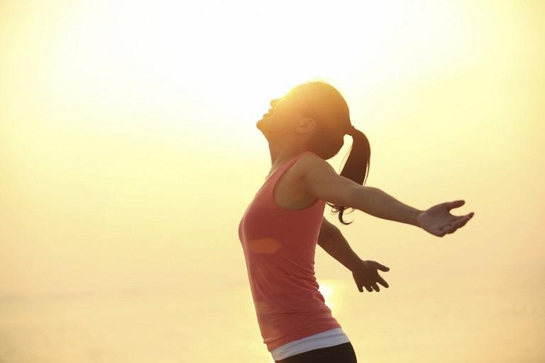 Lưu ý người bị bệnh vảy nến cần kết hợp tắm nắng thường xuyên để cải thiện tình trạng bệnh