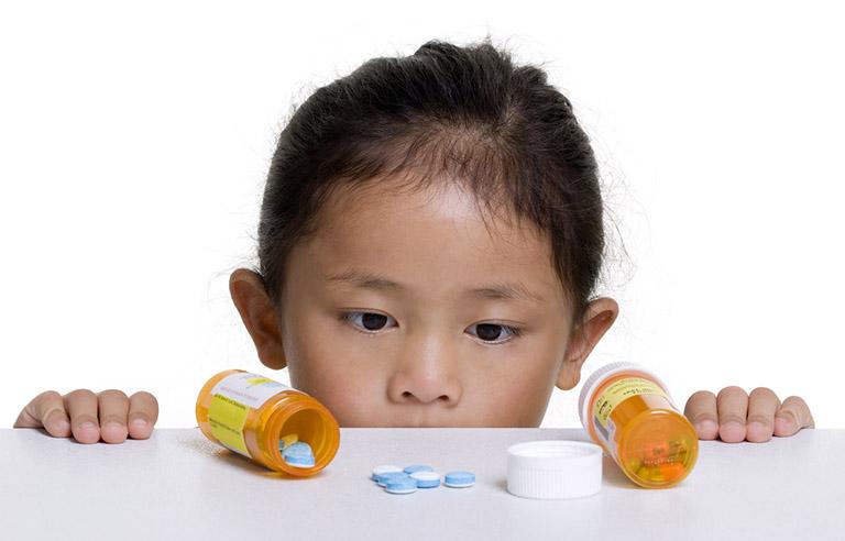 Thuốc tây y có dược tính mạnh nên bố mẹ cần tuân theo chỉ dẫn của bác sĩ