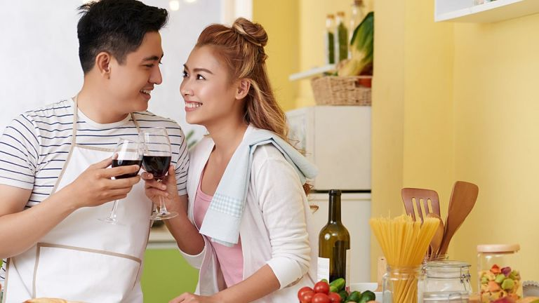 Vợ chồng nên thường xuyên tâm sự và gần gũi với nhau
