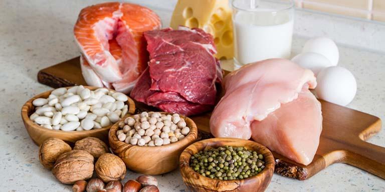 Người có chức năng thận yếu nên hạn chế ăn thực phẩm nhiều đạm để không gây áp lực cho thận