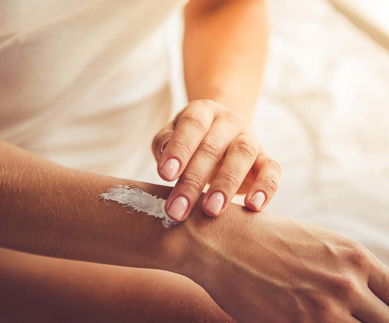 Bệnh nhân có thể sử dụng thuốc kem bôi kháng nấm để làm giảm các triệu chứng của bệnh