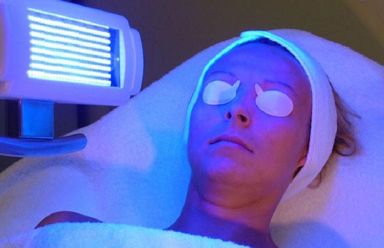 Áp dụng quang trị liệu điều trị đang được nhiều người thực hiện