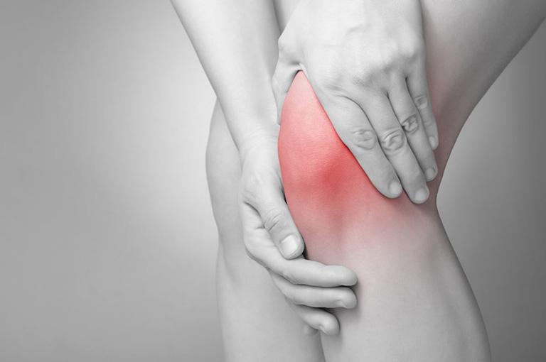 Người bệnh thường xuyên cảm thấy đau nhức, cứng khớp gối