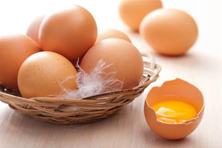 Trứng gà là một nguyên liệu kết hợp với ngải cứu làm thành món ăn chữa bệnh hiệu quả