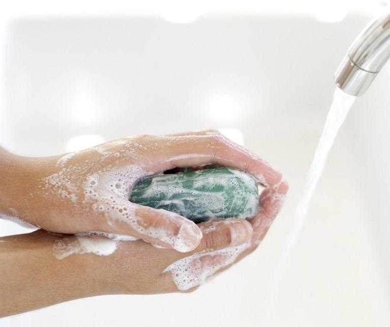 Người bệnh nên rửa tay sạch sẽ để loại bỏ dị nguyên