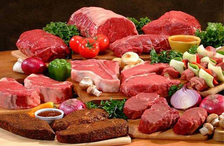 Khi bị viêm da tiếp xúc ở mặt nên hạn chế thực phẩm thịt đỏ, đồ ăn cay nóng, chứa nhiều dầu mỡ