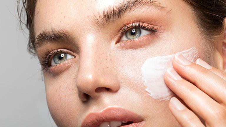 Sử dụng kem dưỡng ẩm giúp làm dịu da và tái tạo vùng da bị tổn thương