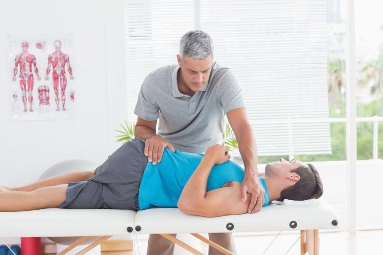 Để nhanh chóng hồi phục, bệnh nhân nên tập các bài tập vật lý trị liệu nhẹ tại nhà