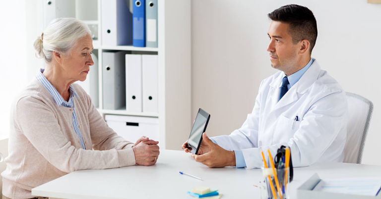 Bệnh nhân nên đến bác sĩ thăm khám và tư vấn về việc điều trị thoát vị đĩa đệm bằng laser