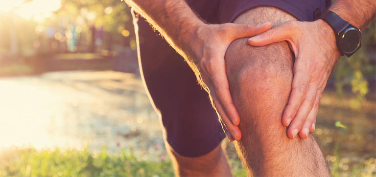 Khởi động trước khi thực hiện các bài tập chữa thoái hóa khớp tránh chấn thương
