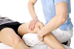Bấm huyệt là tác động vào các huyệt liên quan đến khớp gối để kích thích lưu thông máu, giảm đau nhức