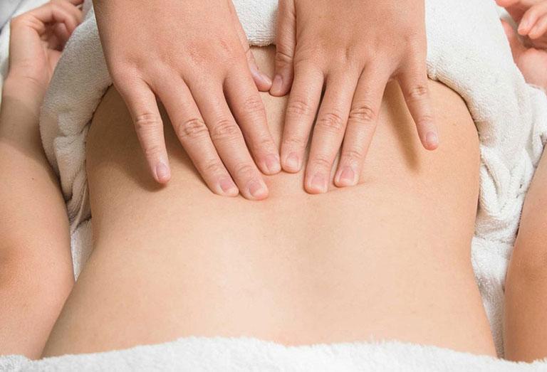Người bệnh cần xoa bóp làm giã cơn vùng lưng và hông trước khi bấm huyệt